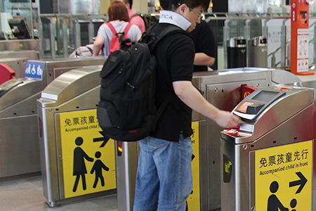 Sau khi nhét vé, đi qua cửa soát vé từ bên trái của nó. Đến sân ga để chờ tàu.